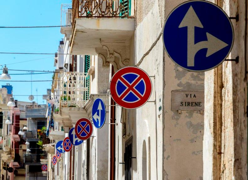 Ulica z dużą ilością znaków drogowych